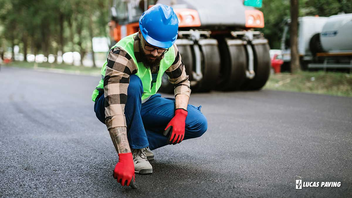 What is the Difference Between An Asphalt Overlay and Sealcoating?